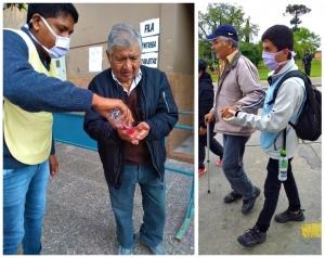 JÓVENES VOLUNTARIOS ASISTEN A PERSONAS ADULTAS MAYORES EN LAS FILAS DE LOS BANCOS