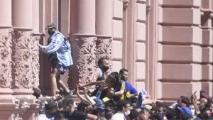 Suspendieron velatorio de Maradona por descontrol y desmanes