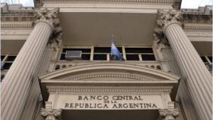 A partir de este lunes, la compra de dólares y las transferencias al exterior requerirán autorización del Banco Central